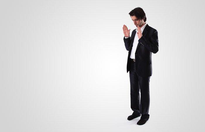 서 있는 자세에서, '알라후 아크바르'(하나님은 가장 위대하십니다)라고 말하면서 양 손을 어깨와 귀 사이까지 올렸다가 내립니다.