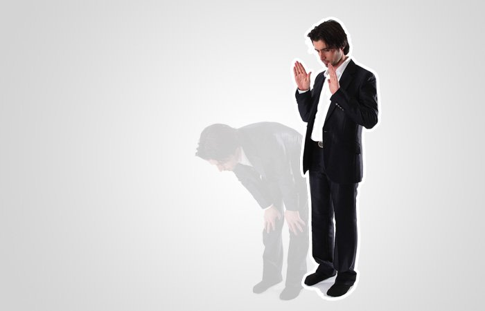 반절(루쿠으) 자세에서 일어나 선 상태로 돌아오면서, 예배 시작시 했던 것처럼 양 손을 올리는데, 이 때 '사미알라후 리만 하미다'( 하나님께서는 그분께 찬미드리는 자를 들으셨습니다)라고 말합니다. (이맘 뒤에서 예배를 드릴 때는 말하지 않습니다.) 그 후 '랍바나 와라칼 함드'( 우리의 주님이시여! 찬미받으실 당신이십니다.)라고 말합니다.