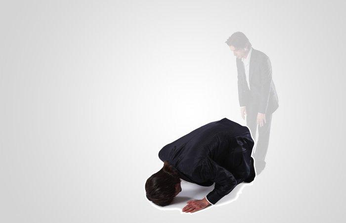 '알라후 아크바르'(하나님은 가장 위대하십니다)라고 말하면서 부복(수주드)을 위해 땅으로 엎드립니다. 부복 상태에서는 다음 일곱개의 신체 부분이 땅과 맞닿아있어야 합니다 : 이마와 코, 양 손, 양 무릎, 양 다리. 부복 상태에서는 '수브하나 랍비얄 아을라'(완벽하시고 지고하신 저의 주님이십니다)를 세 번 말합니다.