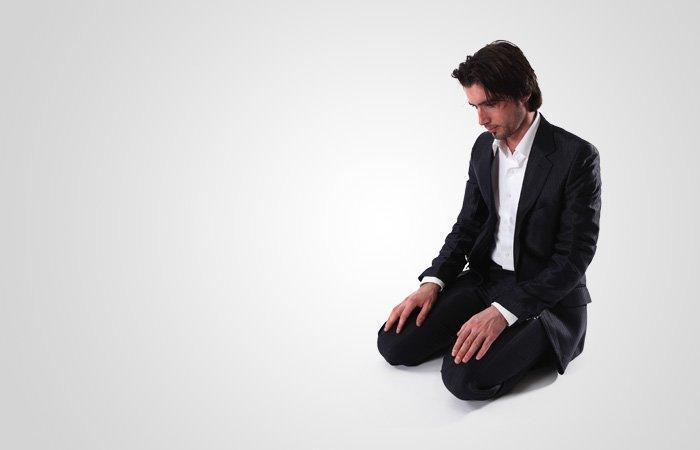 두번째 라크아에서 두번째 부복(수주드)이 끝났으면 앉은 자세에서 증언(앗-타샤후드)을 외우는데, 여기서 앉은 자세는 부복 사이에 앉았던 것과 같은 방식으로 앉습니다. 증언(앗-타샤후드)은 다음과 같이 말하는 것입니다. '앗타히야투 릴라히 왓쌀라와투 왓따이바트.(모든 인사와 예배와 좋은 말은 하나님을 위해 것입니다.) 앗쌀라무 알라이카 아이유한 나비 와라흐마툴라히 와바라카투후.( 오, 선지자시여! 하나님의 평화와 자비와 축복이 당신께 깃들기를.) 앗쌀라무 알라이나 와알라 이바딜라힛 쌀리힌.(우리들에게 그리고 선행을 실천하는 하나님의 종들에게도 평화가 깃들기를.) 아슈하두 알라 일라하 일랄라, 와아슈하두 안나 무함마단 아브두후 와라술루후.(저는 하나님 이외에 경배 받을 존재가 없음을 증언하며, 저는 무함마드가 그분의 종복이자 선지자임을 증언합니다.)'